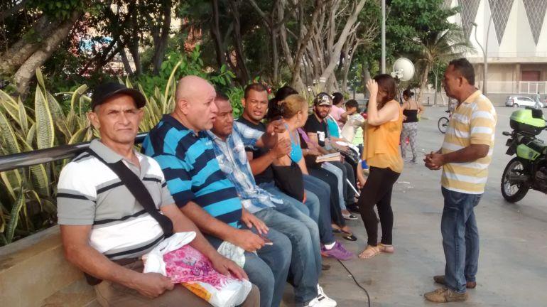 Colombianos en la Plaza de la Paz en Barranquilla, que fueron deportados o que huyeron por la crisis humanitaria en Venezuela