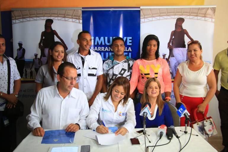 La directora del DPS Tatiana Orozco, el director de Fenalco Atlántico Carlos Jiménez y la alcaldesa de Barranquilla Elsa Noguera, con un grupo de beneficiarios.