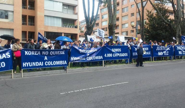 Trabajadores de Hyundai protestan frente a embajada de Corea