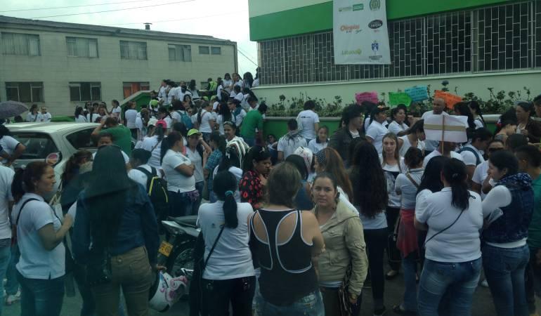 Plantón Madres Comunitarias de Caldas: Las madres comunitarias de Caldas protestaron frente al ICBF