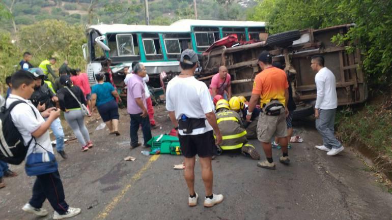 Un soldado muerto y 12 uniformados heridos tras volcamiento de un bus en una vía de Boyacá: Un soldado muerto y 12 uniformados heridos tras volcamiento de un bus en una vía de Boyacá