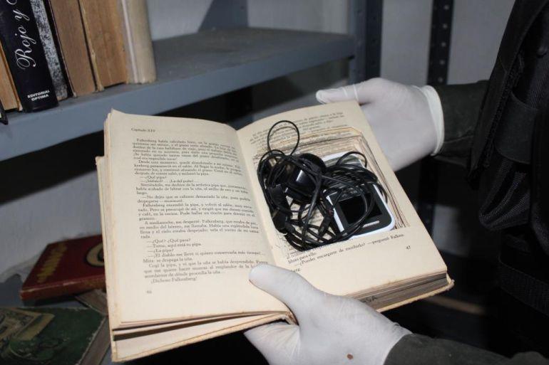 En el operativo también se decomisaron 3 kilos y medio de marihuana, más de un kilo de cocaína, 274 armas de fuego que estaban camufladas en una biblioteca, donde a su vez guardaban los celulares.