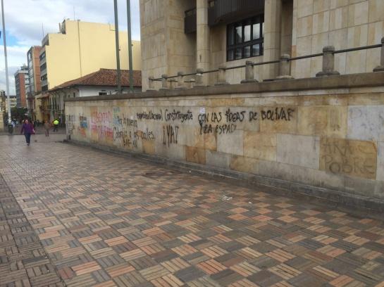 Limpiar los monumentos históricos manchados con aerosol y pintura en Bogotá: $40 millones cuesta limpiar los monumentos históricos manchados con aerosol y pintura