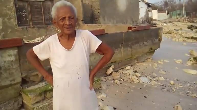 Mar destruye la casa de Ubaldina Carrillo Contreras en Tierra Bomba: Angustioso llamado de anciana en Tierra Bomba para que el mar no destruya su casa