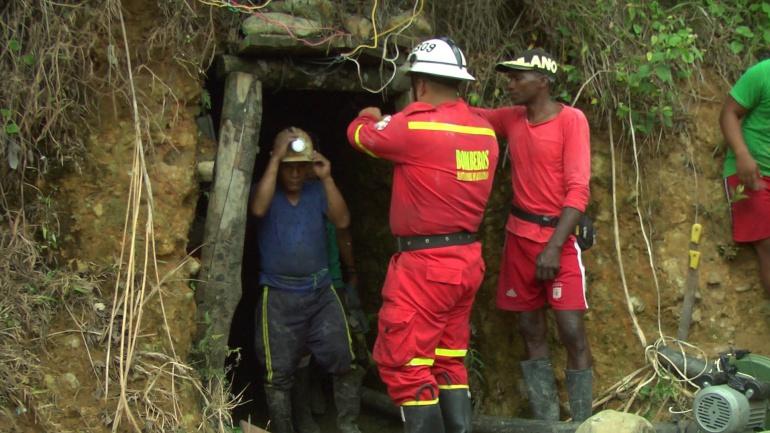Mineros muertos en mina ilegal: Rescatan cuerpos de mineros muertos en mina ilegal en Santander de Quilichao