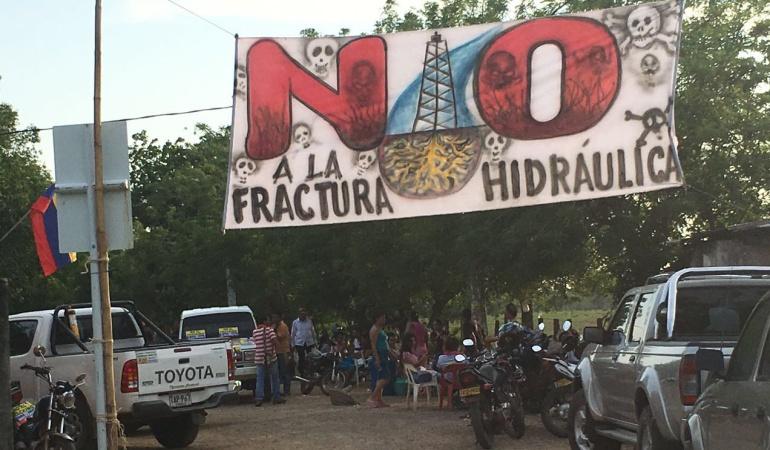 Fracking explotación de hidrocarburos: Habitantes de Cesar protestan contra fracking, pidiendo respeto a los derechos humanos
