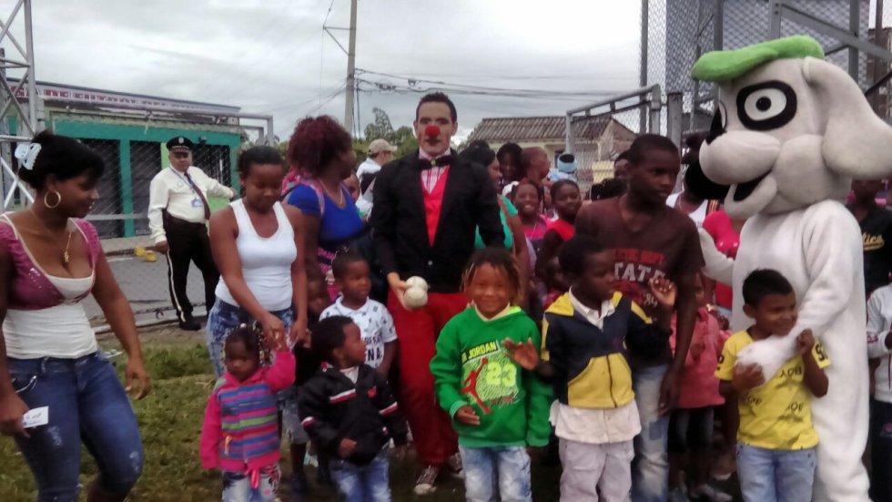 Una caravana de alegría reciben a los niños en las canchas del estadio San José.