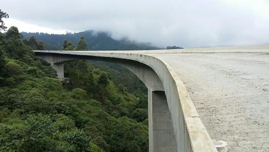 Los viaductos permiten divisar desde las alturas el paisaje de la cordillera central.