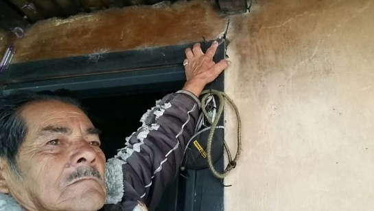 Don Carlos Gutiérrez habitante de la vereda San Rafael exhibe las grietas que presenta su vivienda producto de las explosiones con dinamita que se han hecho para hacer los túneles.