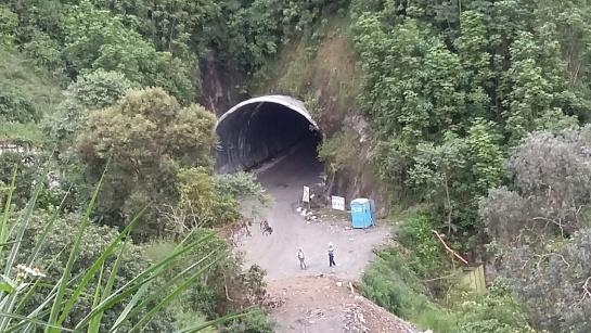 Algunos túneles se construyen 30 metros abajo de la carretera principal.