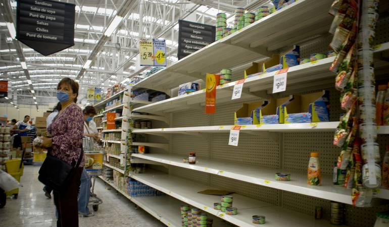 Venezolanos buscan alimentos