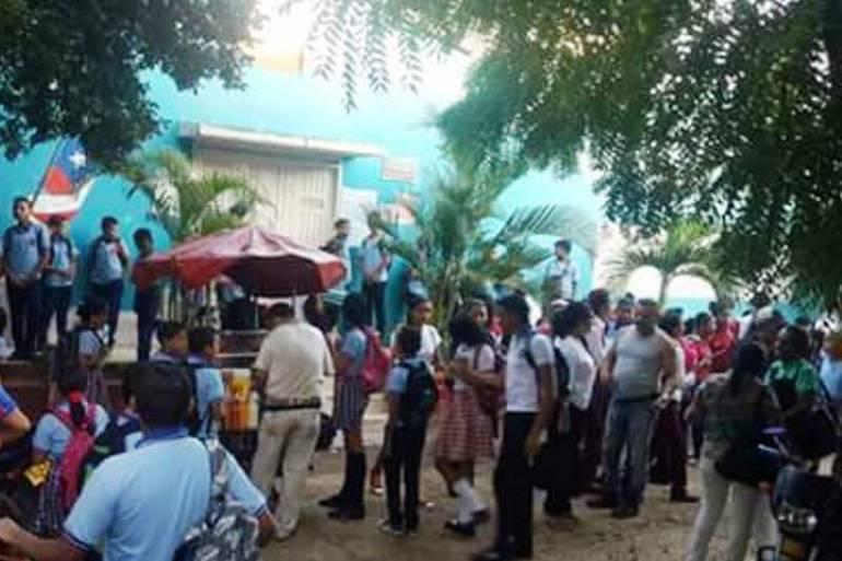 En el Carmen de Bolívar, padres de niñas afectadas con VPH bloquean entrada a colegios: En el Carmen de Bolívar, padres de niñas afectadas con VPH bloquean entrada a colegios