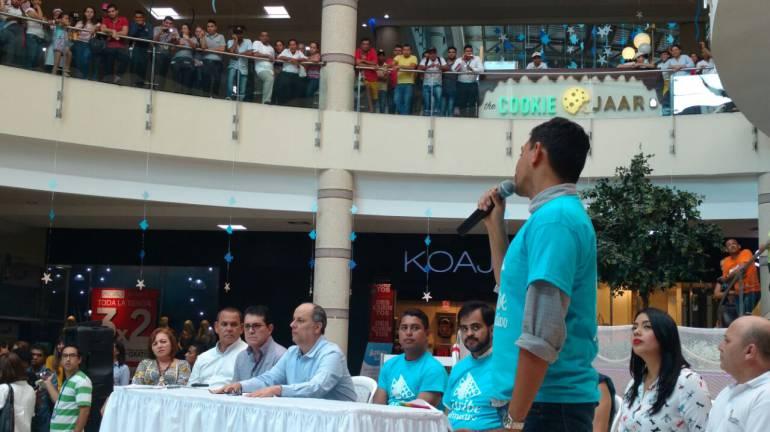 El acto se llevó a cabo en la plaza central de complejo comercial.