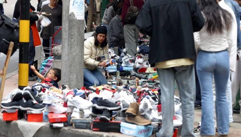 Desalojan vendedores informales de la plazoleta de la Secretaría de Educación