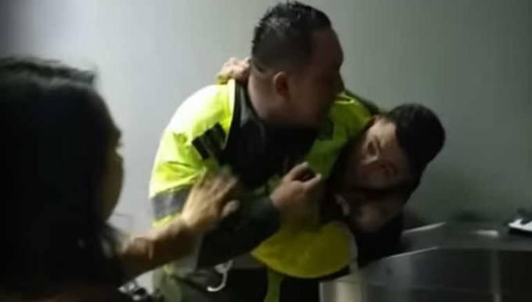 [VIDEO] Policías implicados en golpiza habrían amenazado a reporteros de City Tv