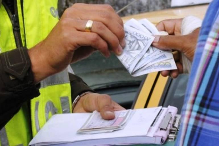 Capturan a conductor que intentó sobornar con $50.000 a policía en Boyacá: Capturan a conductor que intentó sobornar con $50.000 a policía en Boyacá