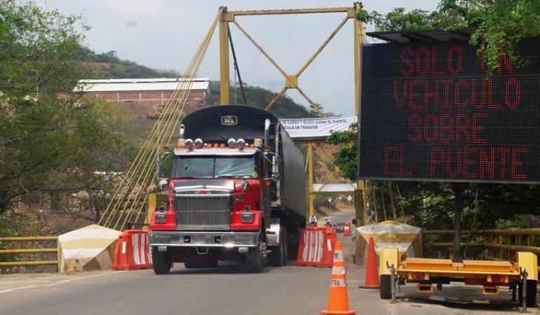 Puente Mariano Ospina Pérez sobre el rió Zulia a punto de colapsar