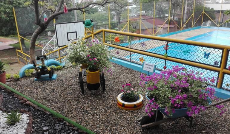 Jardines con material reciclado ideas para decorar el - Material para jardin ...