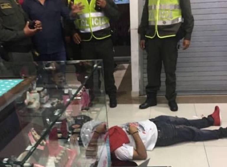 Balacera en Centro Comercial del sur de Cali: A través de las cámaras de seguridad tratan de identificar sicario que mató a un hombre en Centro Comercial