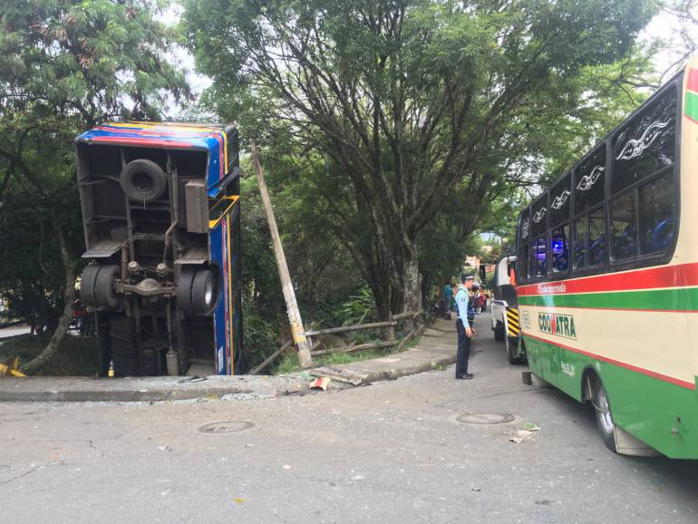 Accidente entre dos buses dejó 19 personas heridas en Medellín