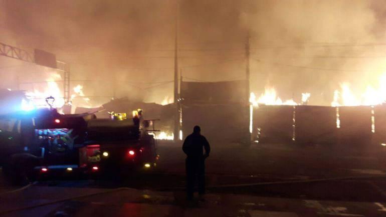 Incendio consumio locales comerciales en Montenegro