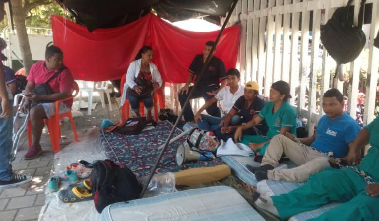 Remiten a urgencias a dos estudiantes que mantenían huelga de hambre ne Montería: Estudiantes de Unicjao en huelga de hambre ya empezaron a mostrar problemas de salud