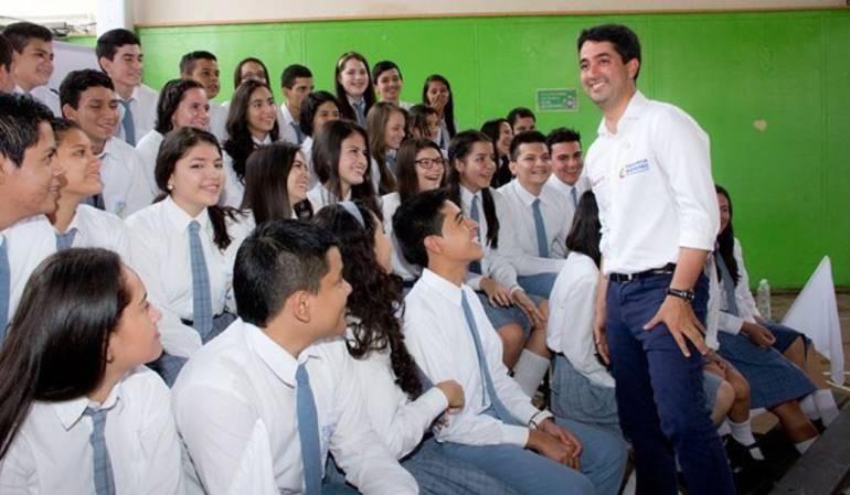 El viceministro de educación, Víctor Saavedra, dialoga con estudiantes del Instuto Técnico Nacional de Comercio