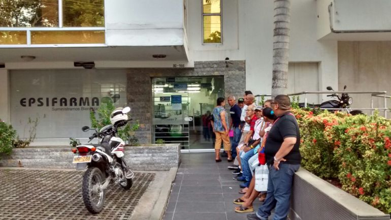 Usuarios de la EPS Cafesalud esperando entregada de medicamentos.