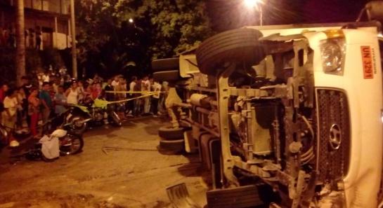 Volcamiento de furgón dejó tres muertos en Terrón Colorado, en curva de ladera de Cali