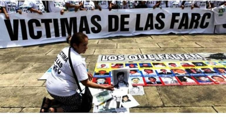 Hombres y mujeres afectados por la guerrilla de las farc, denuncian revictimización.