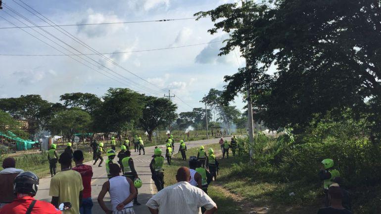 Los manifestantes en Manatí por la suspensión de las fiestas se enfrentaron con la Policía.