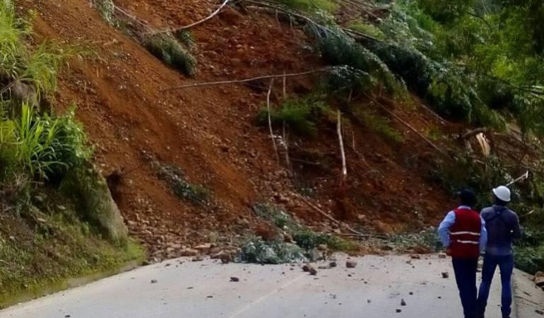 Derrumbe en la vía que de la Virginia comunica con Santuario: Vía entre la Virginia y Santuario se encuentra bloqueada por deslizamiento