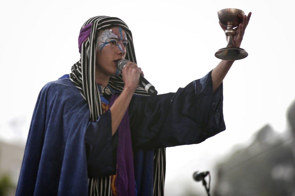 Oro, incienso y mirra, son ofrendados simbólicamente al niño Jesús, mientras los espectadores disfrutan de empanadas, obleas y fiestas tradicionales en Bogotá.