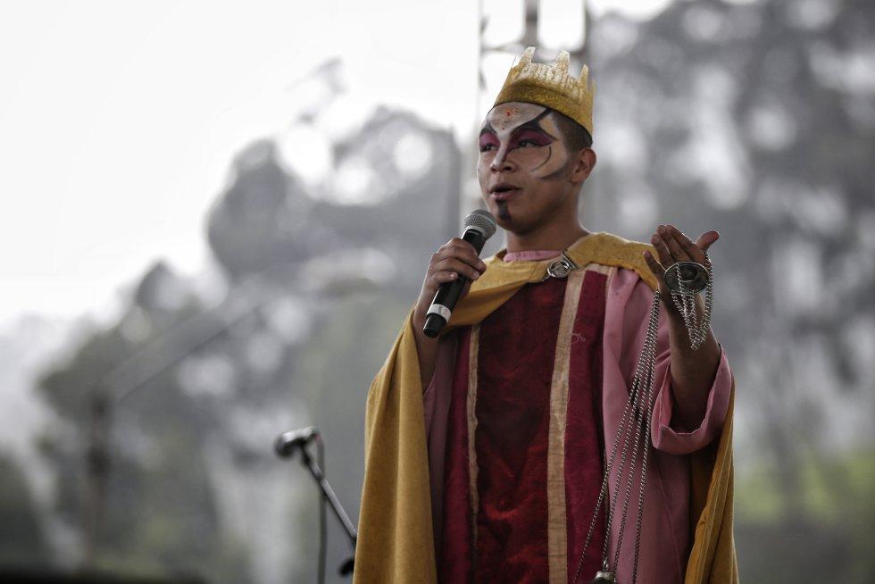 Micrófono en mano, actores locales representan uno de los pasajes biblicos del nacimiento del niño Jesús.