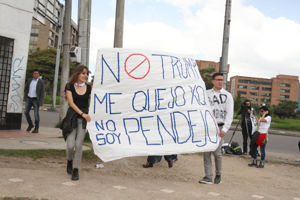 Ciudadanos salieron a marchar frente a la embajada de Estados Unidos en contra de Donald Trump.