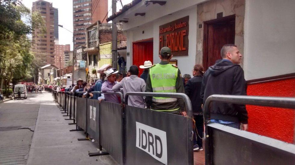 Mientras los taurinos celebran y asisten a la reapertura de la plaza de toros La Santamaría, los animalistas y antitaurinos salieron a las calles de la capital a marchar pacíficamente contra la violencia animal.