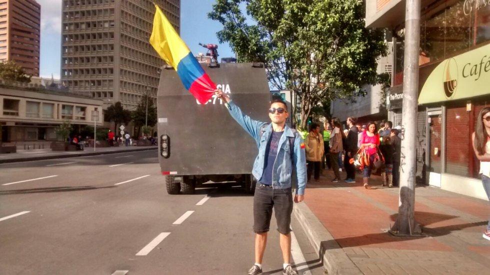 Los manifestantes que siguen en los alrededores de la Plaza de Toros protestan por el retorno de las corridas en Bogotá.