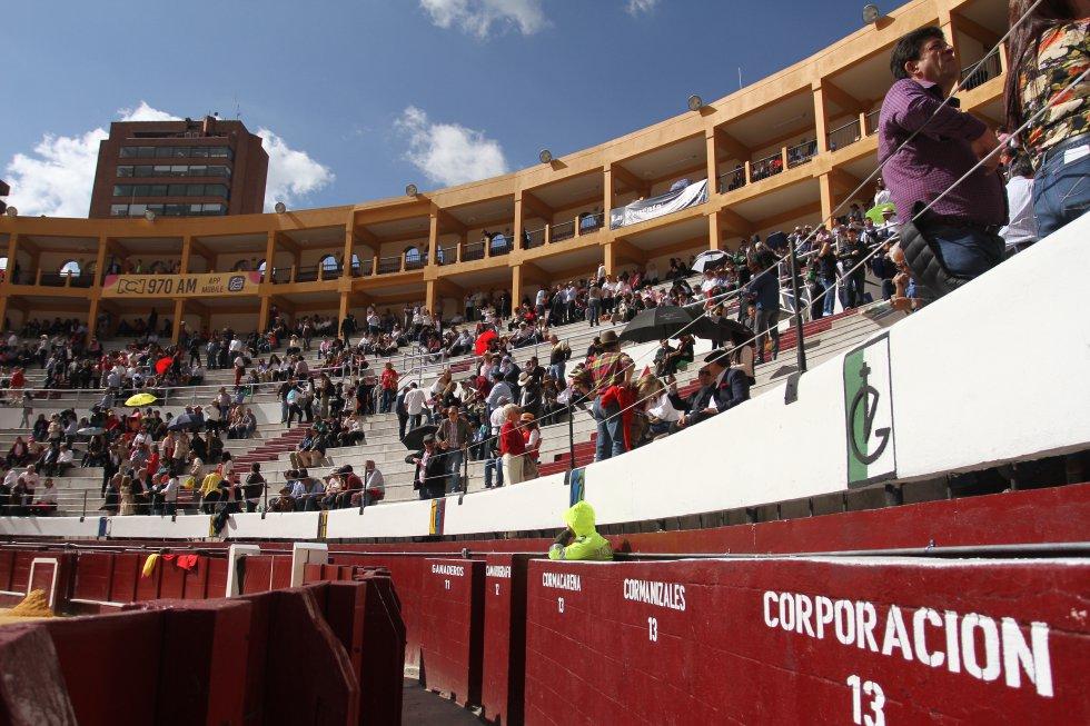 Este es el ambiente dentro de la plaza de toros La Santamaría.
