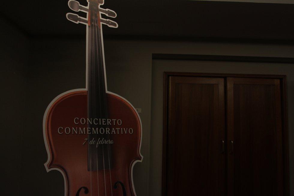 En torno a un concierto de música clásica en el salón principal del prestigioso club, se reunieron los asistentes para recordar a las víctimas del hecho terrorista.