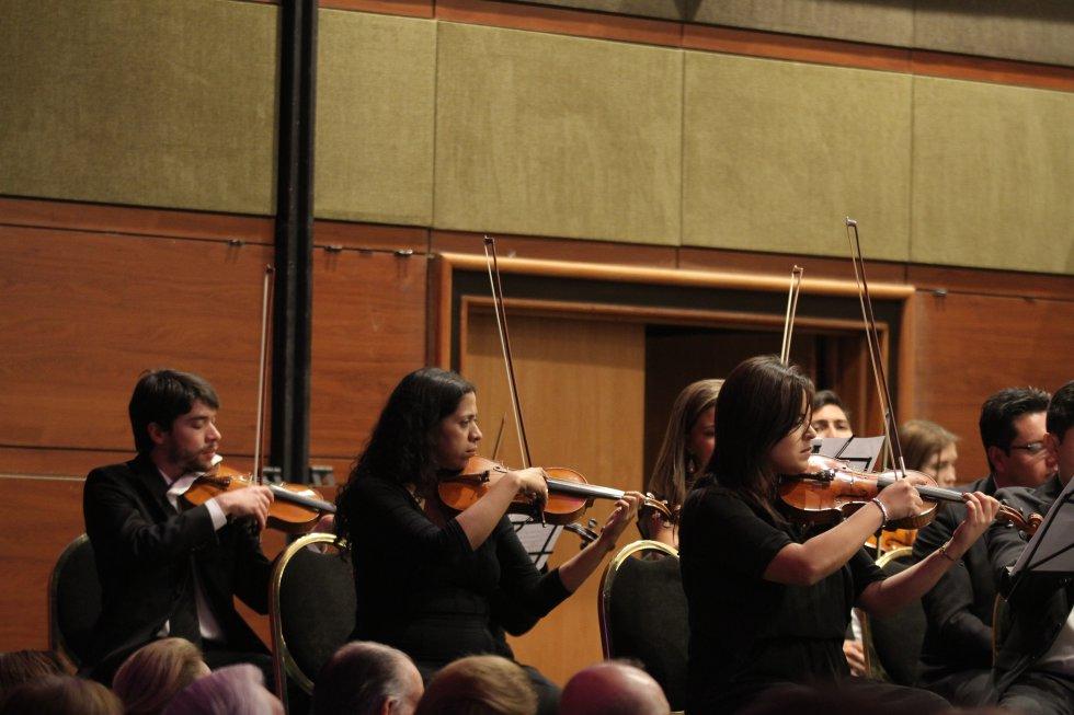 la música de los violínes estremeció a los asistentes al salón principal del Club el Nogal.