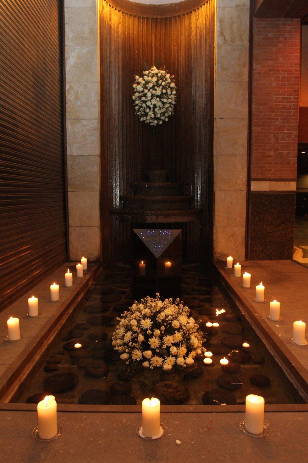 Ofrenda floral en la entrada del club, objeto del atentado terrorista hace 14 años.