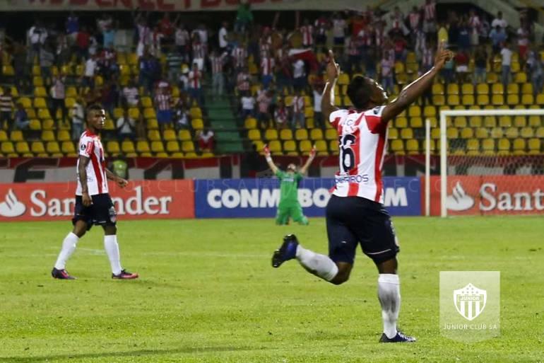 Robinson Aponzá celebra el gol anotado al Atlético Tucumán.
