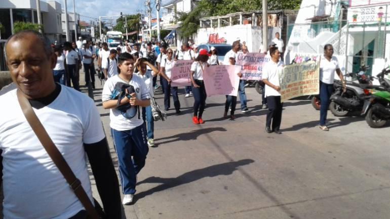 Megacolegio en San Andrés: Marchas en San Andrés por violencia escolar y retrasos en megacolegios