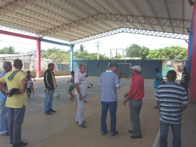 Una cancha enfrenta a docentes y comunidad en Cerro de San ... - Caracol Radio