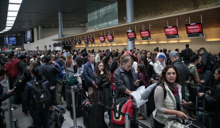 En el Aeropuerto El Dorado en Bogotá se presentan congestiones de pasajeros por retrasos en los vuelos.