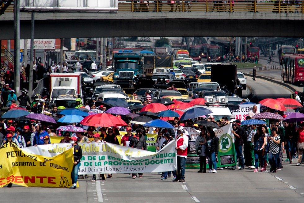 Desde las 9:00 de la mañana educadores marcharon para expresar sus inconformidades por las políticas de educación del gobierno de Santos.