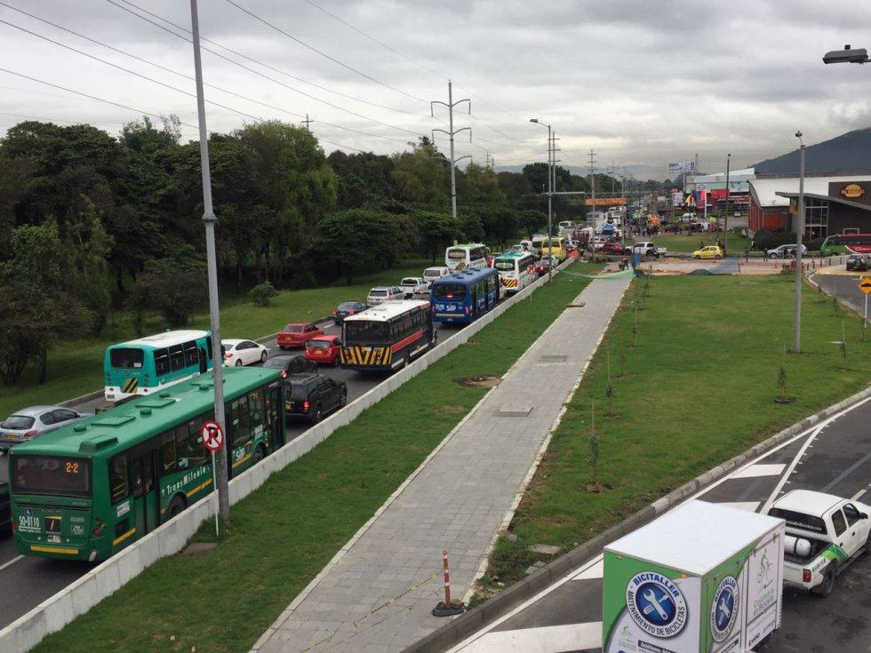 Las fuertes y prolongadas lluvias que anoche cayeron sobre Bogotá generaron encharcamientos en varias avenidas de Bogotá que en la mañana de este miércoles tienen largos trancones.