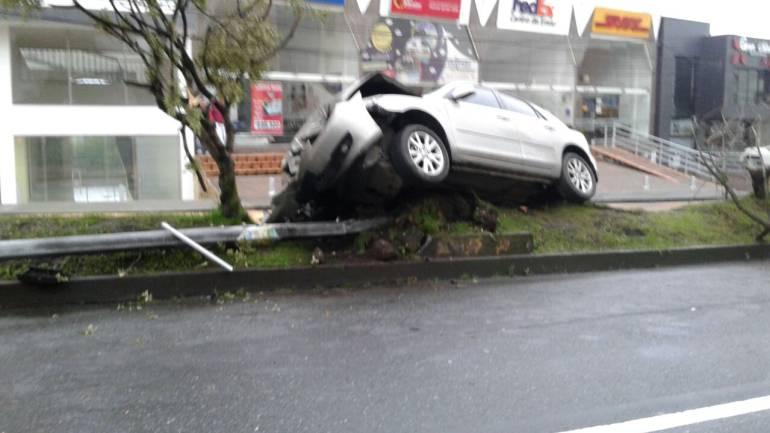Así quedó el vehículo que protagonizó un fuerte accidente hoy en la mañana en plena avenida Santander de Manizales.