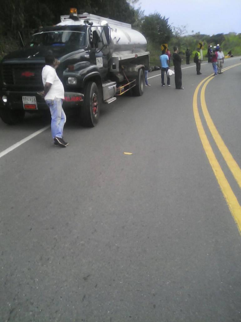 Contra este camión se estrellaron los dos hombresque viajaban en una motocicleta por el sector de Tres Puertas.