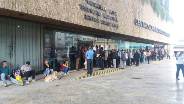 Las lasrgas filas para reclamar el recibo del impuesto predial y para protestar cobros irregulares.